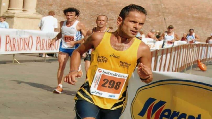 Coronavirus, corsa in balcone: runner punta i 100 km in 18 ore