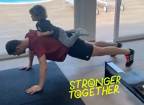 Dzeko, doppio allenamento con il figlio sulle spalle!
