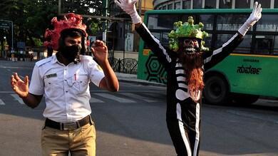 India, poliziotti con elmetti coronavirus e vestiti da demoni