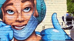 Coronavirus, maxi murale a Milano per ringraziare medici e infermieri