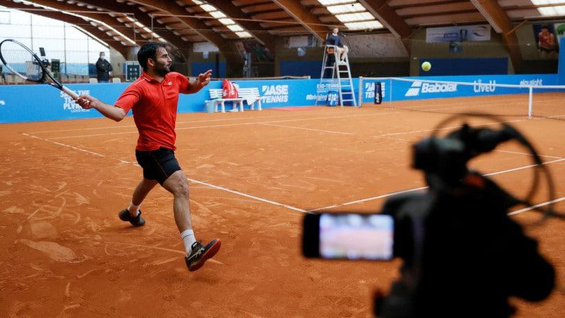 Solo due giocatori e l'arbitro: così in Germania è tornato il tennis