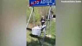 Vivono in regioni diverse, festa di compleanno al confine