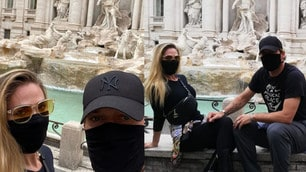 Totti in incognito: giro nel centro di Roma con la mascherina!