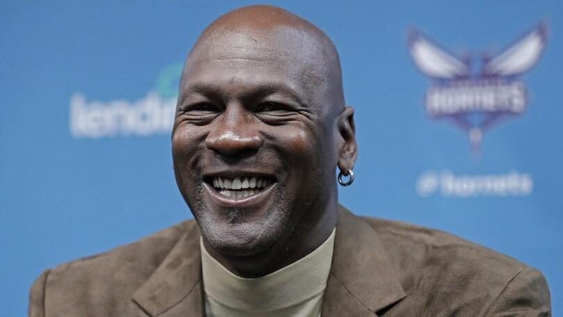 Sneaker indossate da Michael Jordan vendute all'asta per 517mila euro: è record