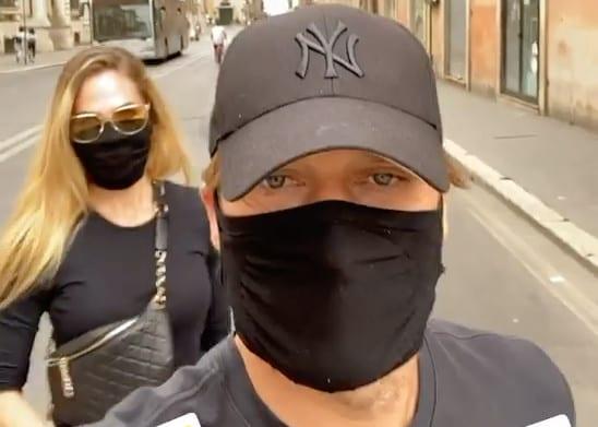 Totti in incognito: giro al centro di Roma con la mascherina