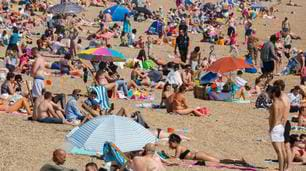Coronavirus, spiagge piene in Inghilterra e Francia: tutti senza mascherina