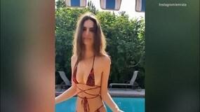 Emily Ratajkowski e il sexy balletto in piscina