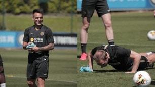 L'Inter si allena: Lautaro Martinez sfoggia un grande sorriso, piegamenti per Eriksen