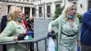 Sandra Milo 'incatenata' davanti Palazzo Chigi