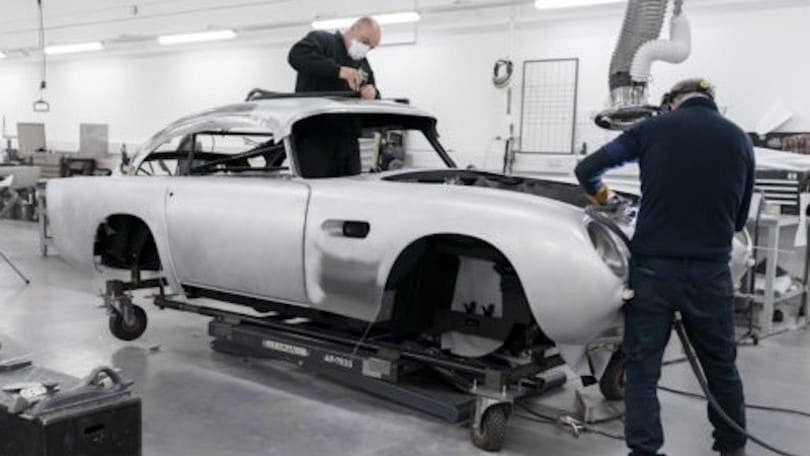 Aston Martin DB5, rivive l'auto di 007 in Goldfinger
