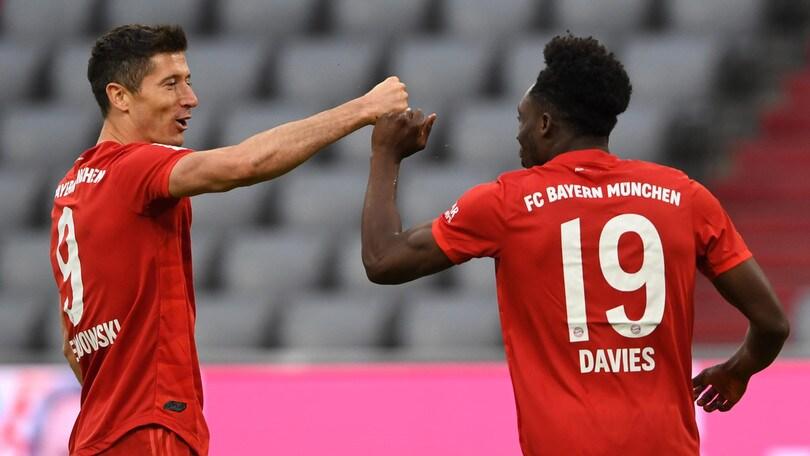 Bundesliga, il Bayern Monaco vince 5-0. André Silva e Piatek in gol