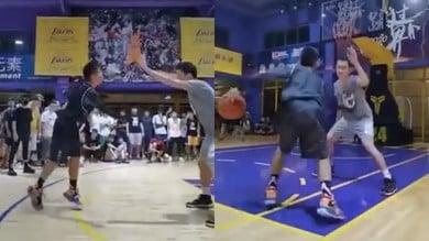 Gioca a basket con un solo braccio: il ragazzino che ha conquistato il web