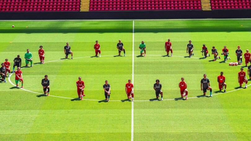 Liverpool in ginocchio per George Floyd: l'omaggio in allenamento
