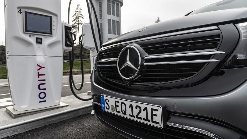 Germania, nelle stazioni di servizio obbligatorie le colonnine elettriche