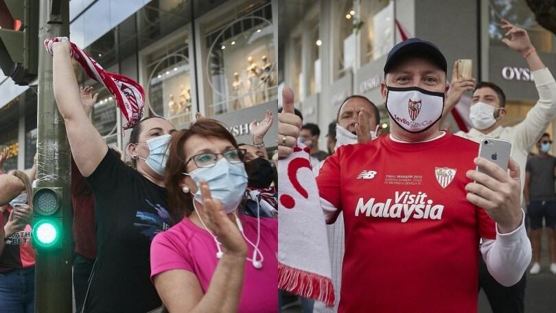 Riparte la Liga, tifosi del Siviglia per strada con la mascherina