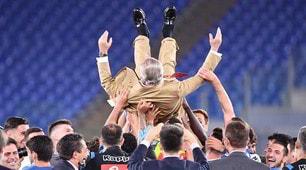 La festa del Napoli per la Coppa Italia: De Laurentiis in campo, portato in trionfo