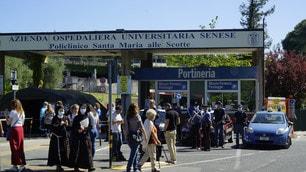 Zanardi, le immagini all'esterno dell'ospedale di Siena
