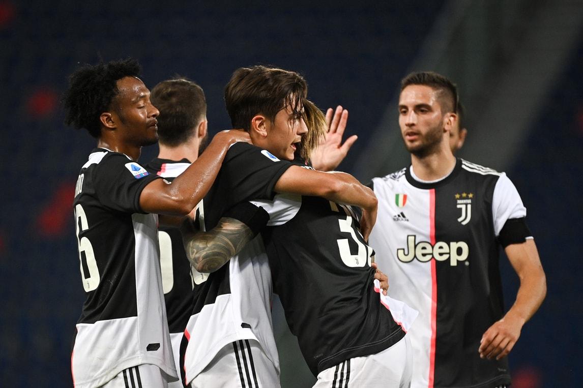 A Bologna l'entusiasmo della Juve: abbracci dopo i gol di Ronaldo e Dybala