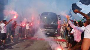 I tifosi caricano la Lazio: cori e bandiere prima della partenza