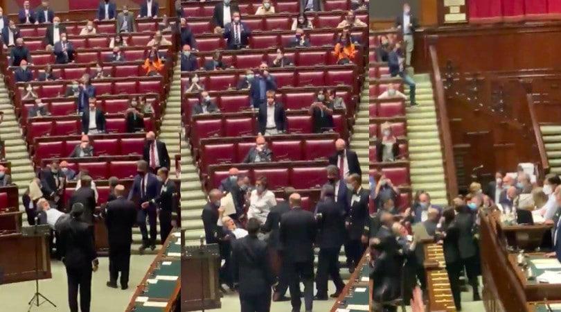 Sgarbi portato di peso fuori dall'Aula della Camera