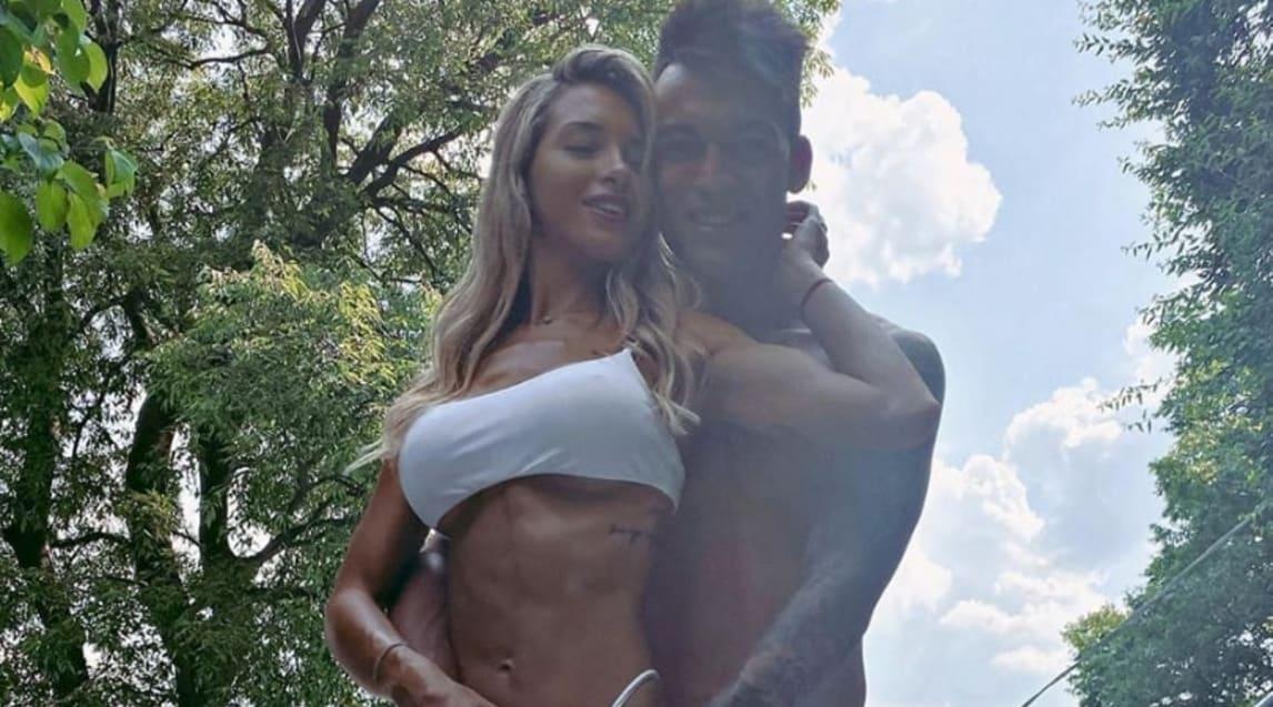 <p>L'attaccante dell'Inter con la compagna si gode una giornata di sole: lo scatto finisce sui social</p>