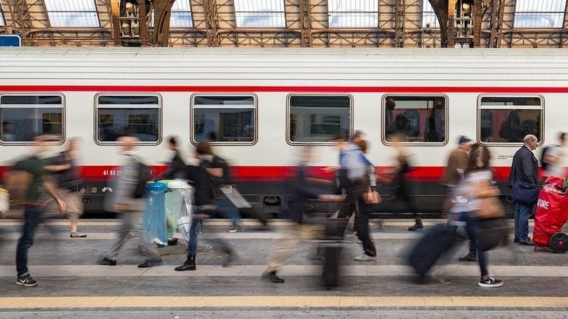 Treni, posti distanziati: alcune regioni aboliscono la regola