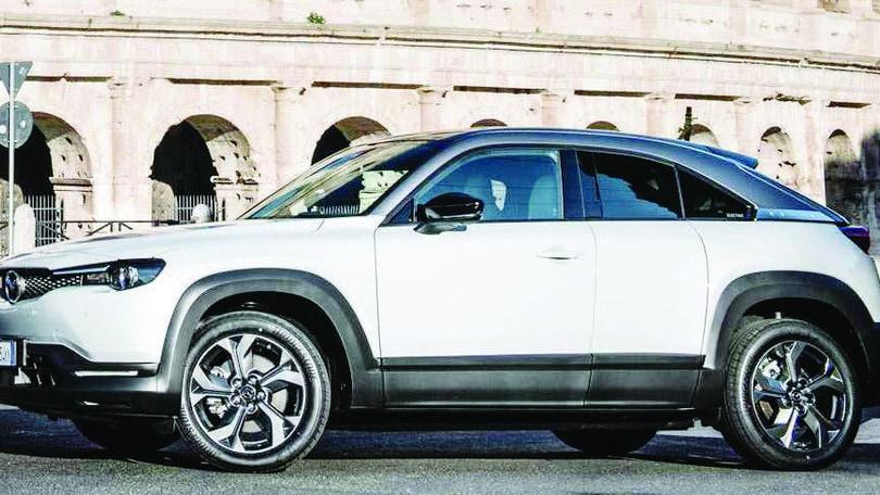 Sorpresa Mazda MX-30: l'equilibrio elettrico nella prova a Roma