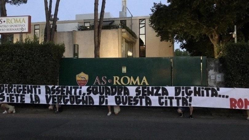 """Roma, altra contestazione a Trigoria: """"Siete la vergogna della città"""""""