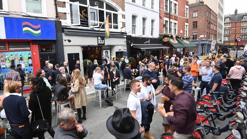 Coronavirus, folla alla riapertura dei pub inglesi: