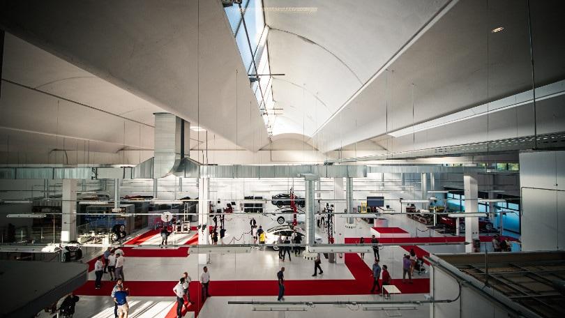 Auto elettriche, Musk arriva a Roma e Bologna con i nuovi store Tesla