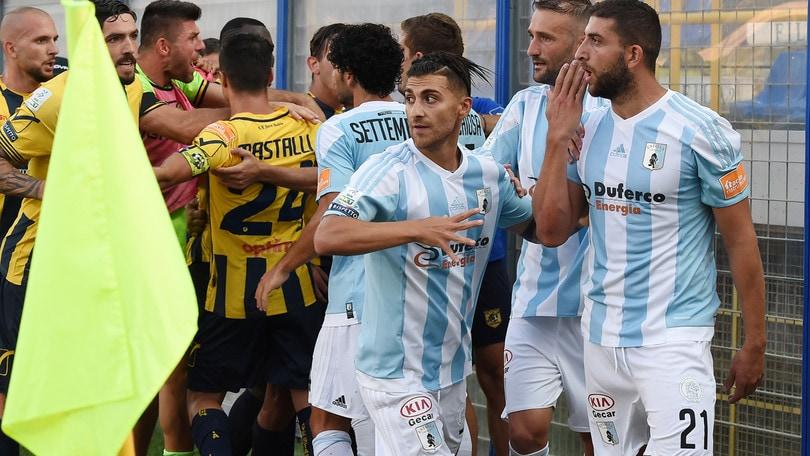 Juve Stabia-Entella, rissa finale: tre arresti e un giocatore all'ospedale