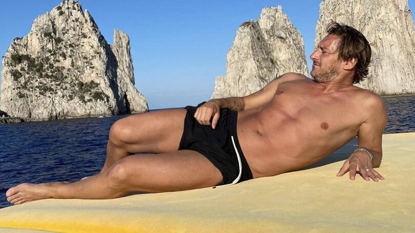 Totti, relax a Capri con la sua Ilary: fisico ancora da giocatore!