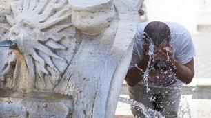 Caldo a Roma, i turisti assaltano le fontane della capitale