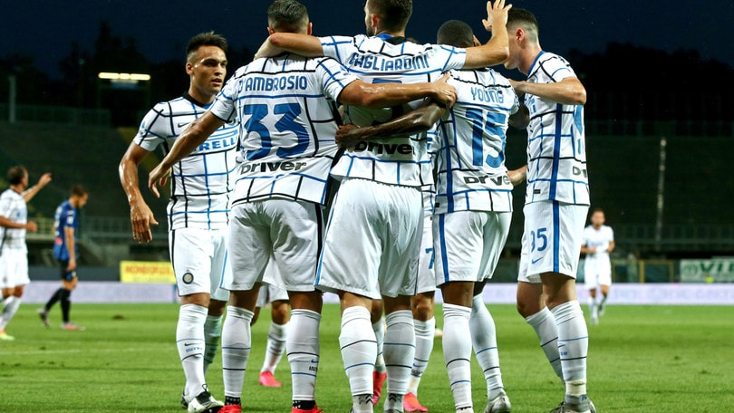 L'Inter batte l'Atalanta e conquista il secondo posto. Il Milan stende il Cagliari