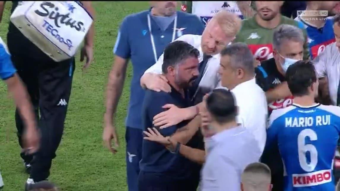Scintille tra le due panchine a conclusione della gara del San Paolo: l'allenatore azzurro ha qualcosa da dire al collega biancoceleste