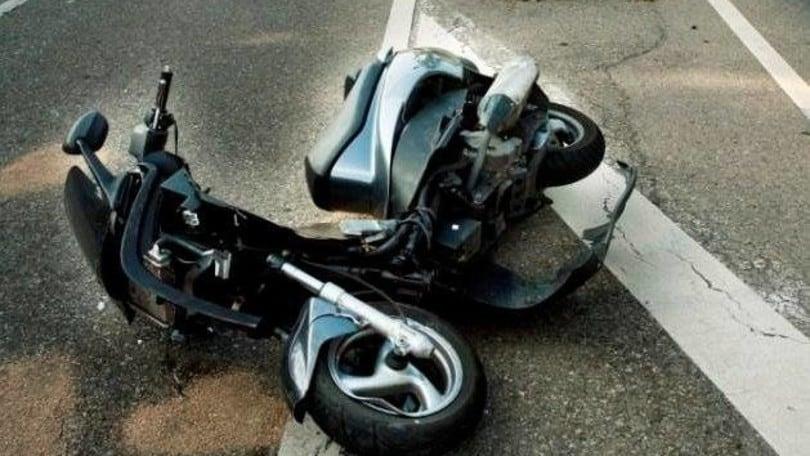 Incredibile, corda tesa in strada: scooterista in ospedale