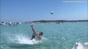 Ibra, che rovesciata in acqua!