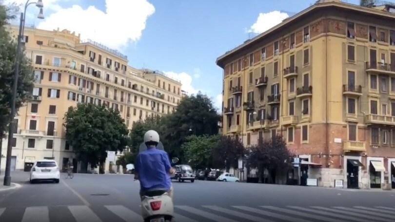 Nanni Moretti in Vespa per le strade di Roma 27 anni dopo