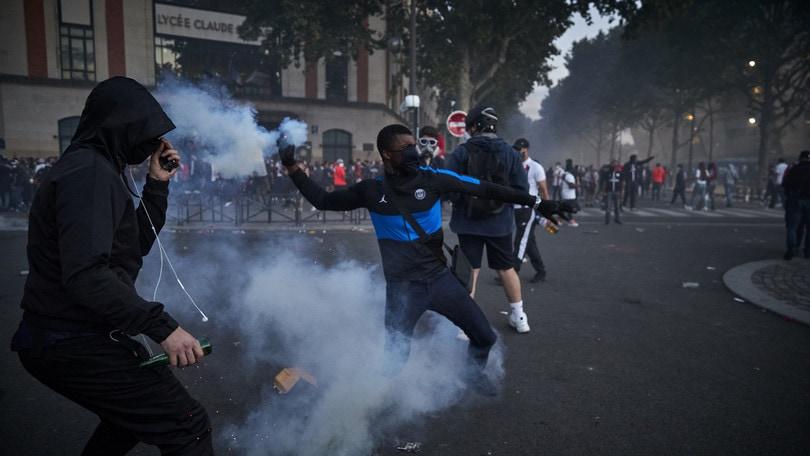 Psg battuto, incidenti a Parigi tra tifosi e polizia: 148 arresti