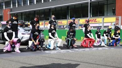 Formula 1, piloti in ginocchio contro il razzismo