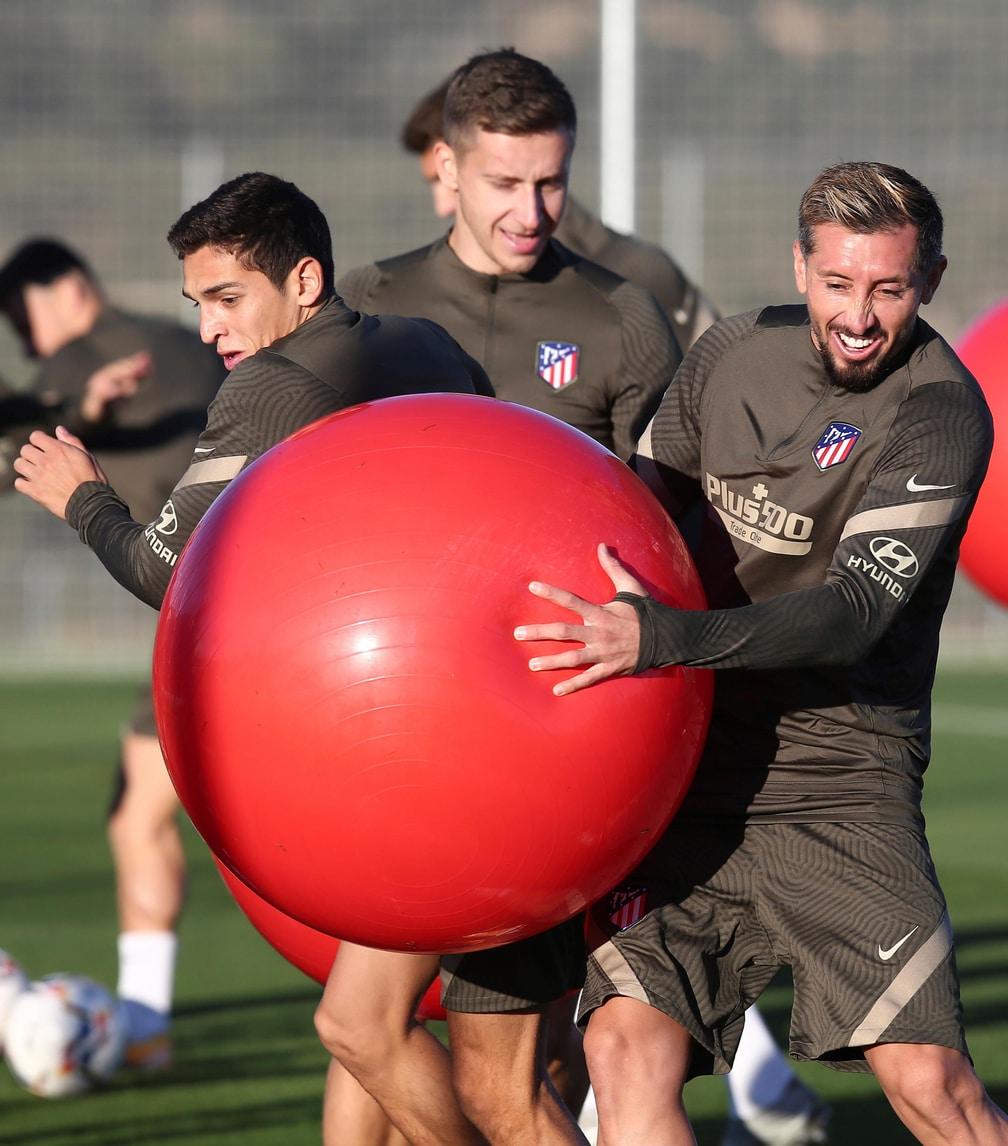 """Atletico Madrid, Herrera vince la """"battaglia"""" del pallone"""