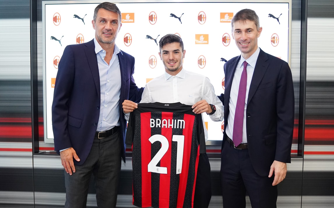 Brahim Diaz posa con la 21 del Milan