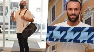 Lazio, Muriqi è arrivato: foto di rito con la sciarpa