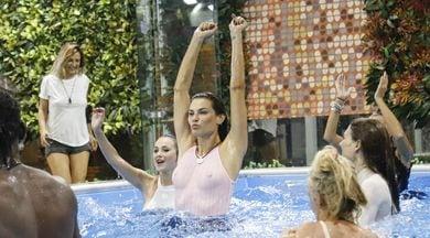 Dayane Mello, bagno in piscina e doccia al Grande Fratello Vip