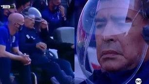 Maradona, la maschera anti Coronavirus è un casco