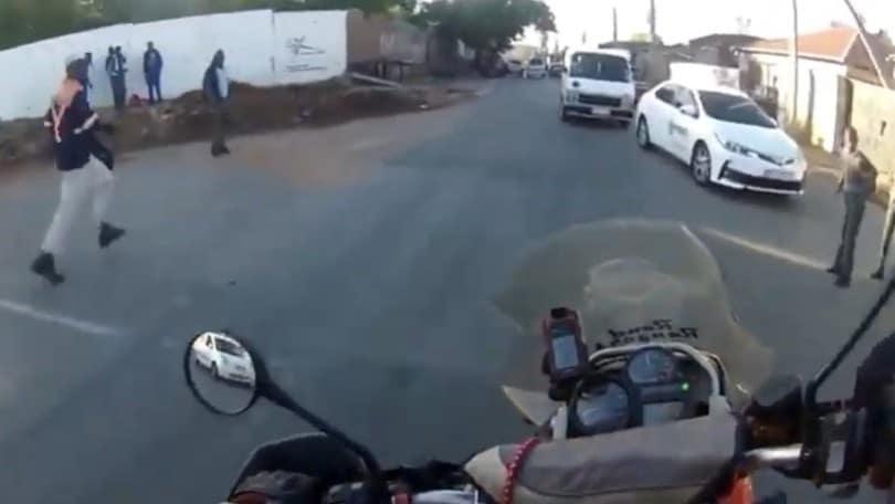 Motociclista eroe: sventa una rapina in sella alla sua enduro VIDEO