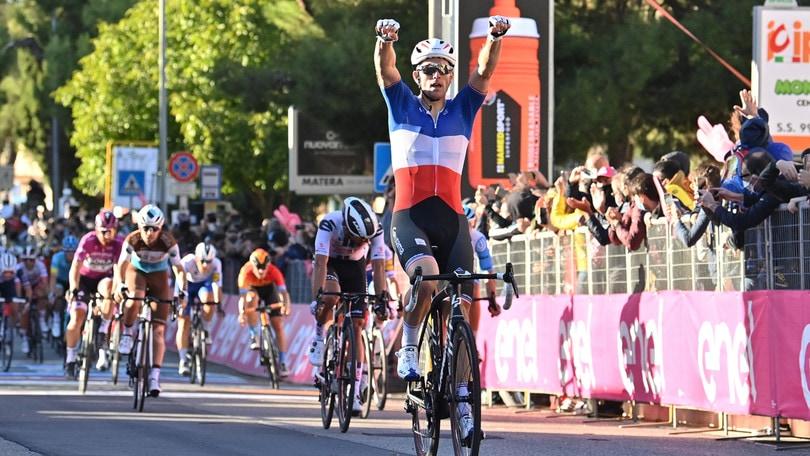 Giro d'Italia, Demare vince ancora. Almeida resta in maglia rosa