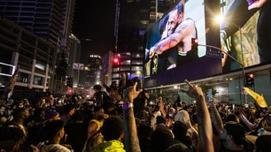 Los Angeles, esplode la gioia dei tifosi dei Lakers