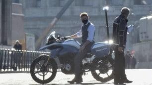 Tom Cruise, passerella sulla moto della polizia lungo i Fori Imperiali: le immagini