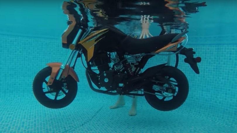 Moto sott'acqua? Ecco il bizzarro esperimento VIDEO